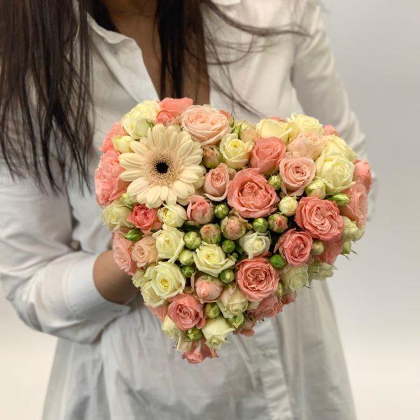 Композиция Сердце из роз Кремовое фото