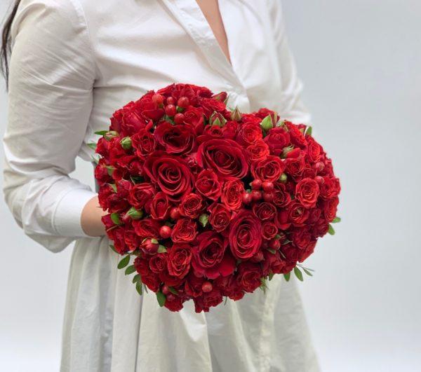 Композиция Сердце из роз красное фото