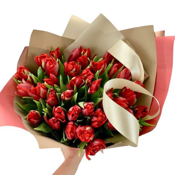 Букет из красных махровых тюльпанов фото