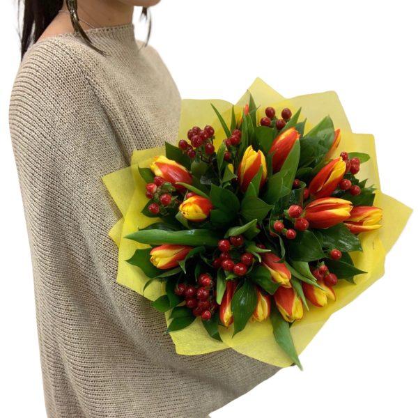 Букет тюльпаны с гиперикумом фото
